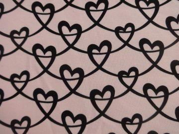French Terry Herzen, rosa. Für Kleider, Röcke, Tunikas, Halstücher, Rundschals. Breite: 160 cm. Zusammensetzung: 92% Baumwolle, 8% Elasthan Waschen bei 30 Grad Ökotext 100
